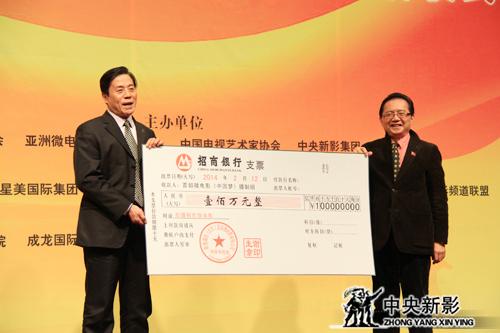 北京盛世(北京)国际微电影公司董事长谢印生(左)、副总经理王永华为残疾人微电影投入启动资金