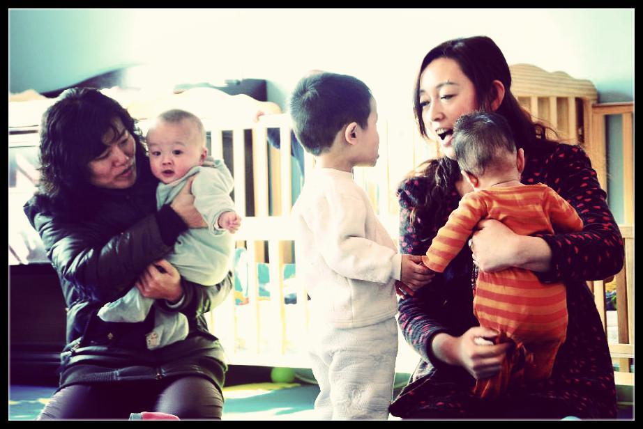 图为去年春节期间,山西民营企业家在太原社会儿童福利院看望孤儿。