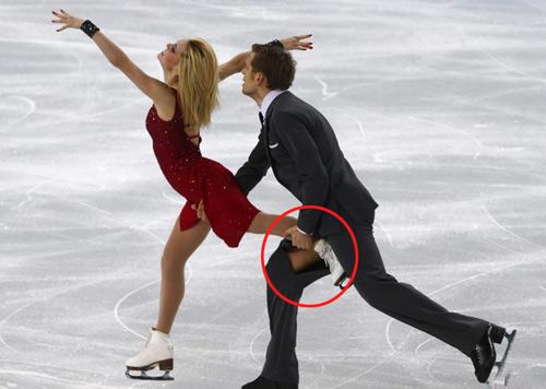 女伴的冰鞋滑向哪里