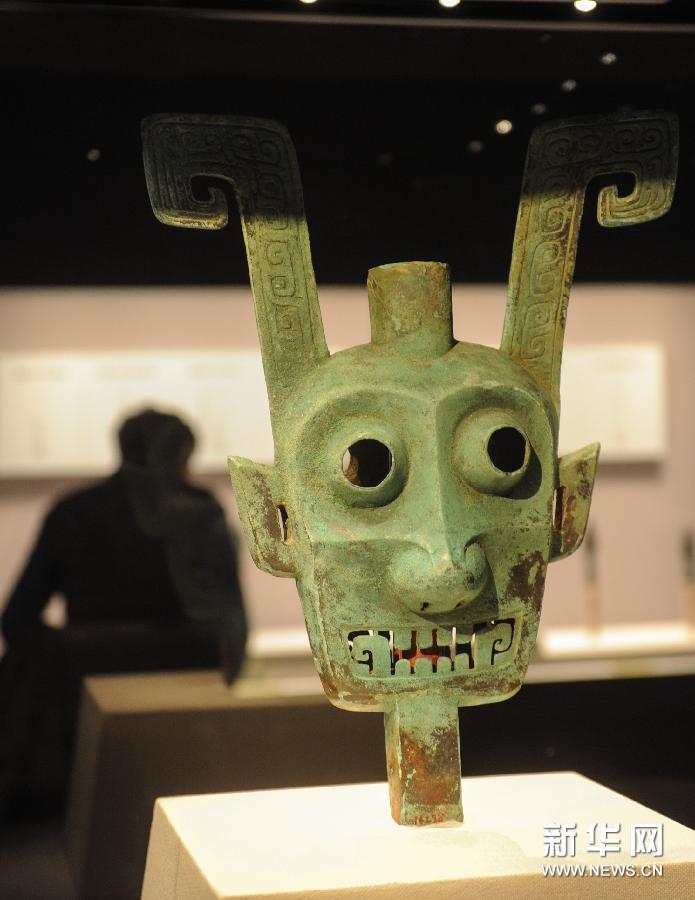 (1)2月24日,观众在首都博物馆观看展览。