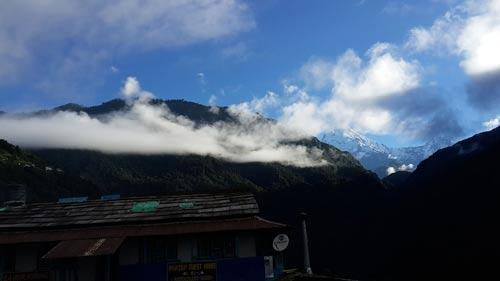 空气清新透彻,白云飘浮在山间