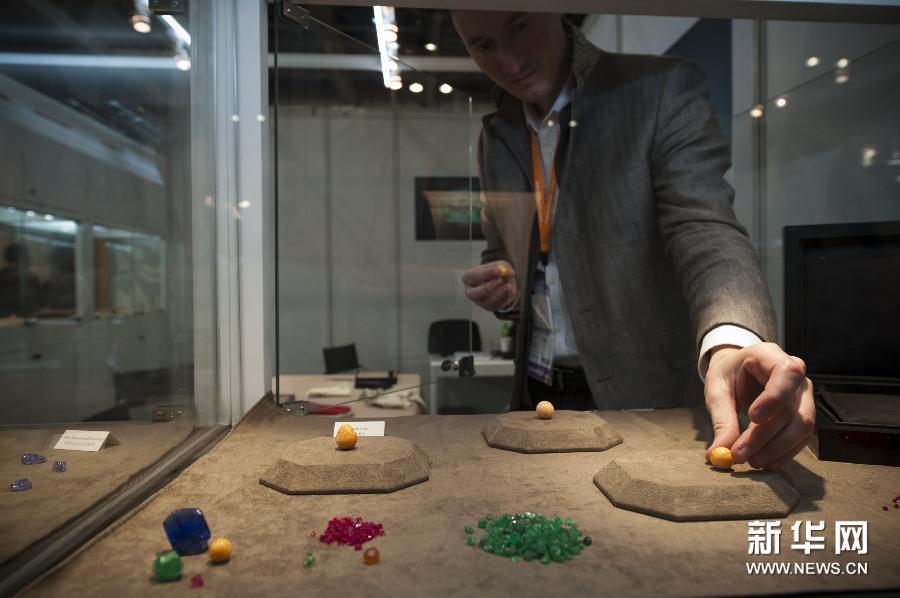 (1)3月3日,一名参展商在展示宝石展品。