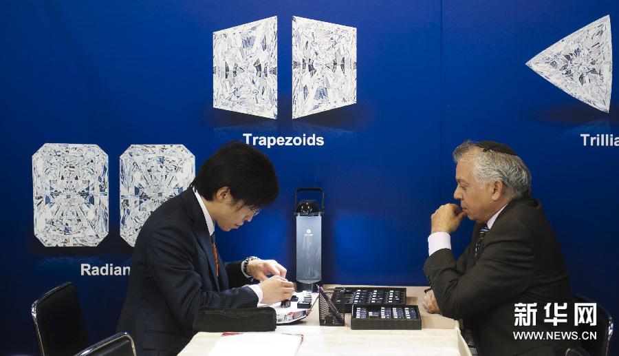(2)3月3日,一名买家(左)在观看钻石。