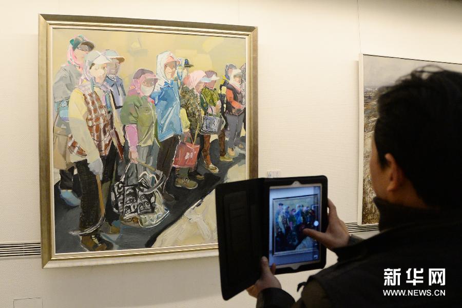 (3)3月6日,观众在欣赏长白山画派油画作品。