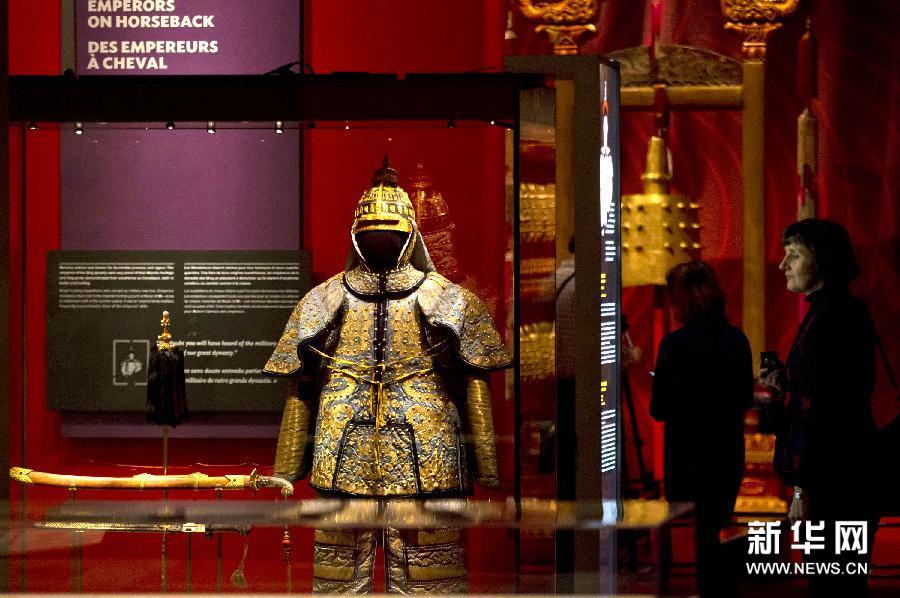 """(1)3月5日,在加拿大多伦多安大略省皇家博物馆,观众参观北京故宫博物院藏品""""雍正帝御用棉甲""""与""""铁金累丝盔""""。"""