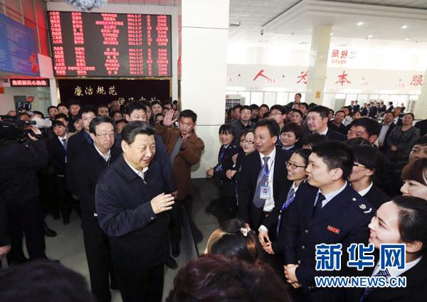 3月17日,习近平在视察县为民服务中心办事大厅时同现场群众和工作人员交流。新华社记者 丁林 摄
