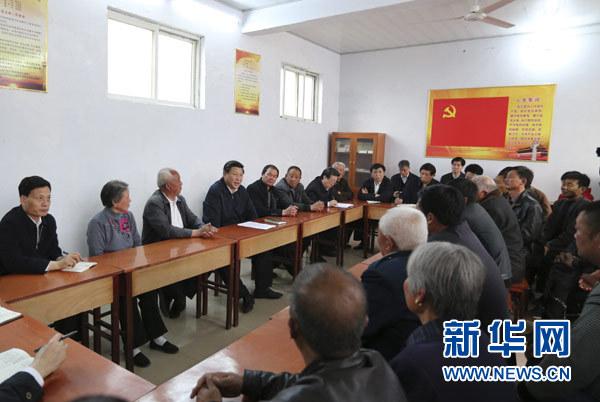 3月17日,习近平在东坝头乡张庄村村委会与干部群众座谈,听取意见和建议。新华社记者 丁林 摄