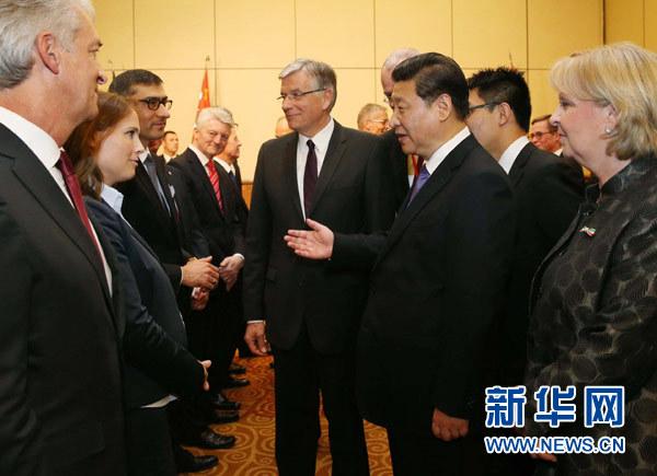 3月29日,国家主席习近平在杜塞尔多夫出席中德工商界举行的招待会并发表题为《把握中国机遇,实现共同发展》的重要讲话。这是招待会开始前,习近平会见中德企业家代表。新华社记者 刘卫兵 摄