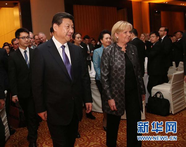 3月29日,国家主席习近平在杜塞尔多夫出席中德工商界举行的招待会并发表题为《把握中国机遇,实现共同发展》的重要讲话。这是习近平等步入招待会会场。新华社记者 刘卫兵 摄