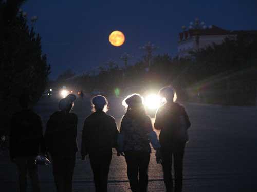 一轮明月升上了天空,几名打工妹欢欢喜喜地走在收工回家的路上