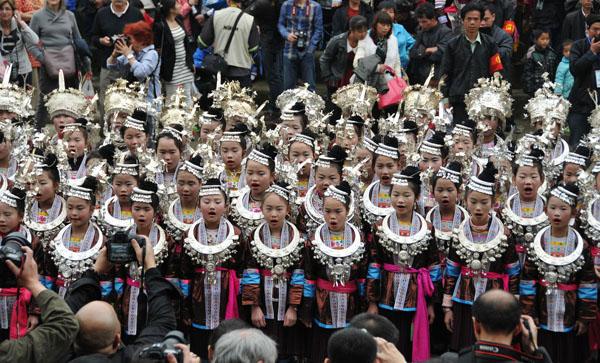 侗族姑娘在唱侗族大歌。(吴练勋 摄)