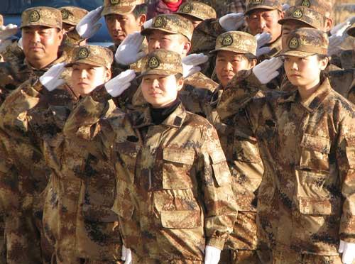 团场女民兵举起右手,向共和国国旗敬礼
