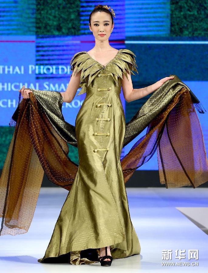 4月8日,模特在展示泰国服装设计师的时装作品。