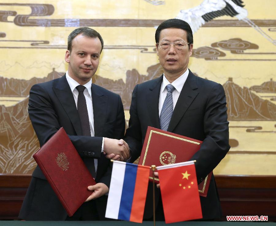 Chinese Vice Premier Zhang Gaoli (R), who is also the chairman of the Chinese side of the China-Russia energy cooperation committee, and Arkady Dvorkovich, Russian Deputy Prime Minister and chairman of the Russian side of the cooperation committee, sign meeting minutes after their meeting in Beijing, capital of China, April 9, 2014.(Xinhua/Pang Xinglei)