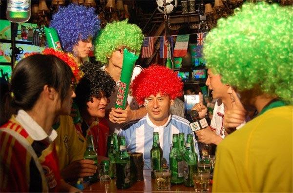 """新世纪以来,百年品牌青岛啤酒以体育营销为杠杆,撬动起了消费者的快乐体验和激情梦想,实现了年轻化的轻盈转身。   2006德国世界杯,青岛啤酒与央视联手,推出创新性的""""观球论英雄""""活动,让球迷通过短信平台参与世界杯的有奖竞猜,从中总结出""""球胜指数"""",实现了对观众高卷入度的观球评球活动中推广品牌的目的。   2010年南非世界杯,青岛啤酒一方面联手央视,打造大型互动娱乐类节目《球迷狂欢节》,每晚在黄金时段现场直播。同时,青啤在25个城市打造""""青"""