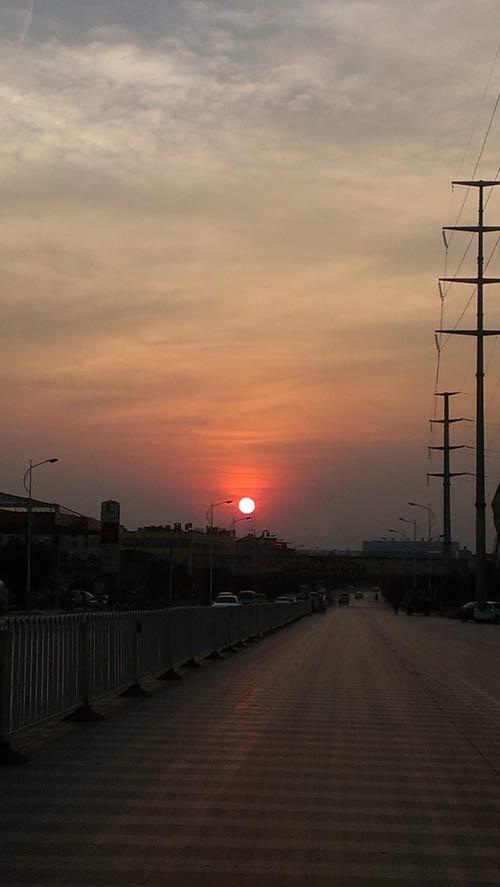 昆明学院门前的夕阳