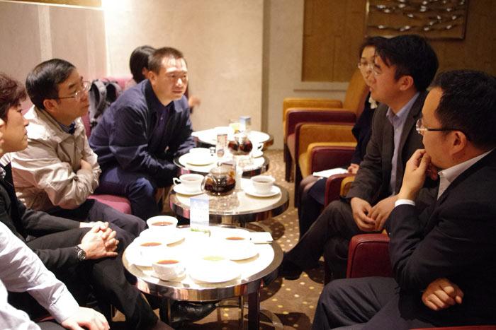 何海明主任(左二)与苏酒集团副总经理沈加东(右二)、市场总监朱昭鑫(右一)-沟通