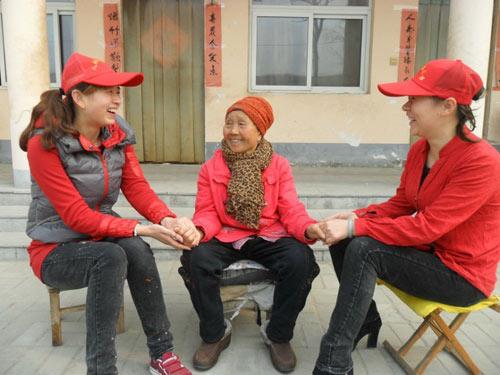 志愿者正在于光荣院88岁的老军人亲切交谈