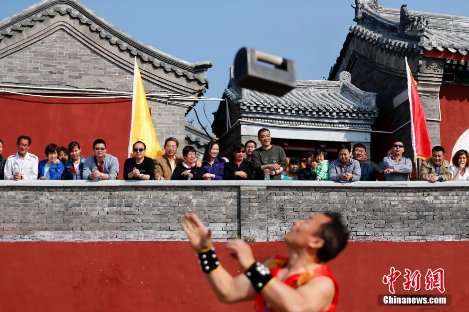 Tourists flock to the annual Miaofeng Mountain temple fair.