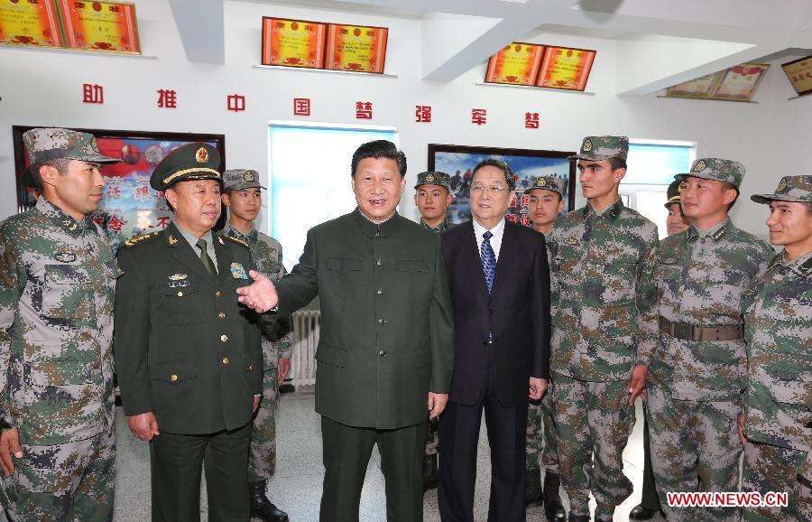 Chinese President Xi Jinping (C) meets with soldiers of the Chinese People
