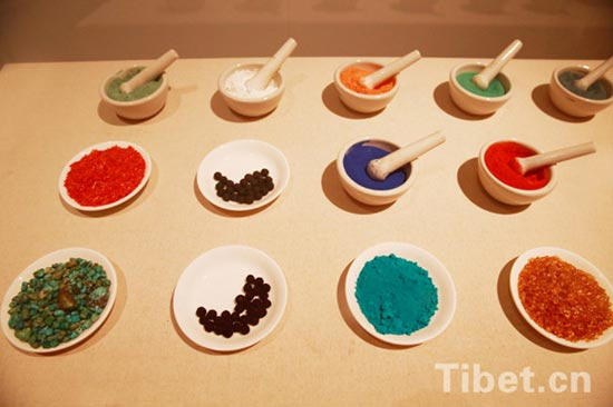 Photo shows the mineral pigments needed in creating Thangka paintings at an exhibition held in the National Museum of China. Altogether 65 masterpieces by Nyangbon, an inheritor of Regong Thangka, are on show from April 10 to May 13. Huangnan Tibetan Autonomous Prefecture in Qinghai Province is the hometown of Regong arts, which includes Thangka, murals, paintings and other Tibetan Buddhist art forms. [Photo/China Tibet Online]