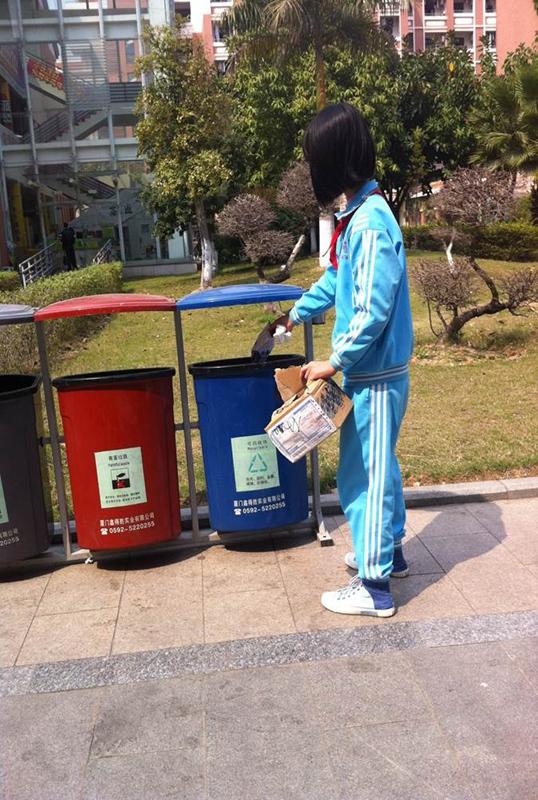 只要我们自觉地把垃圾扔进合适的垃圾桶