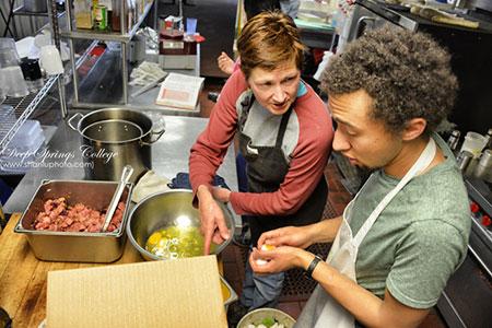 (学校的主厨、生活老师Donna指点Zack做菜,许多学生去之前都不会做饭的。图据@卢卢相片生活)