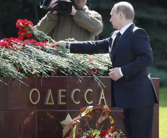 Russian President Vladimir Putin lays flowers at the tomb of the Ukrainian city of Odessa, which was awarded the title of