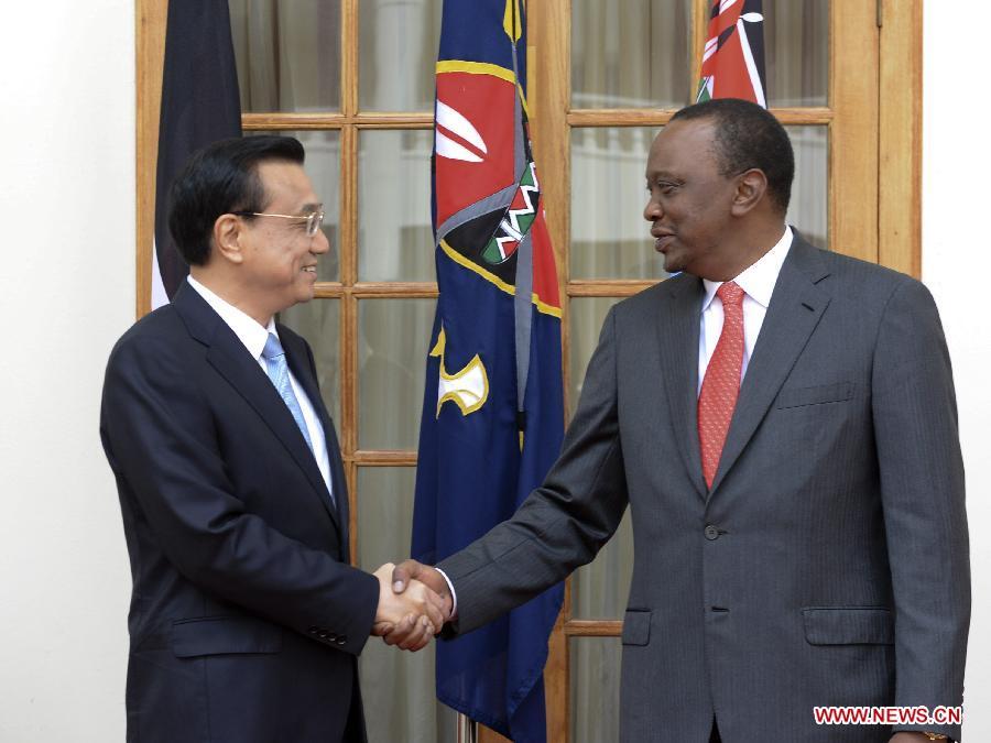 Chinese Premier Li Keqiang (L) holds talks with Kenyan President Uhuru Kenyatta in Nairobi, Kenya, May 10, 2014. (Xinhua/Li Xueren)