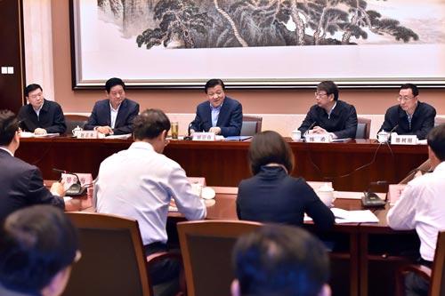 5月19日,中共中央政治局常委、中央书记处书记刘云山在宝鸡、西安深入企业、农村和文化单位进行调研。这是刘云山在西安主持召开文化建设座谈会。新华社记者 李涛 摄