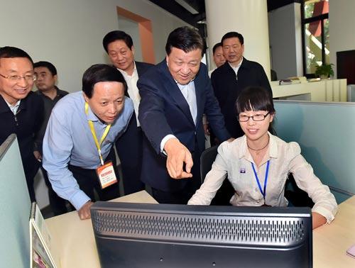 这是刘云山在陕西日报传媒集团详细询问新闻报道和新媒体发展情况。新华社记者 李涛 摄
