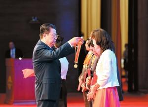 赵乐际为获奖者颁奖。