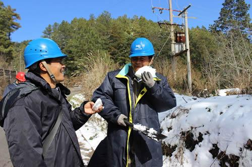 雄鹿城供电局抢修人员在雪灾清理树障途中
