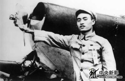 1952年,拍摄《全军第一届八一运动会》,鲁明为总摄影。这架教练机是鲁明在空中拍摄的坐机