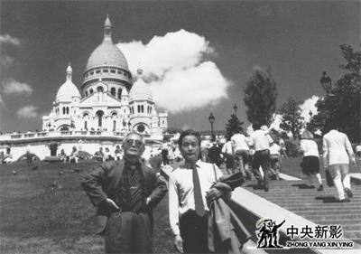 1989年吴均(左)在巴黎大教堂与同事左来华合影