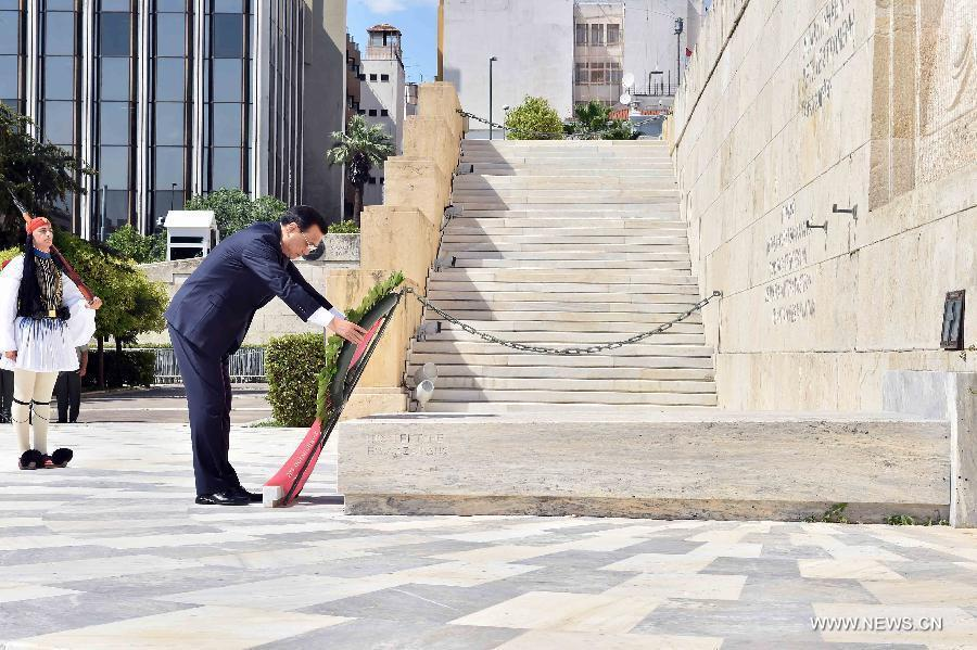 Chinese Premier Li Keqiang (L front) lays a wreath of flowers at the Monument of the Unknown Soldier in Athens, Greece, June 19, 2014. (Xinhua/Li Tao)