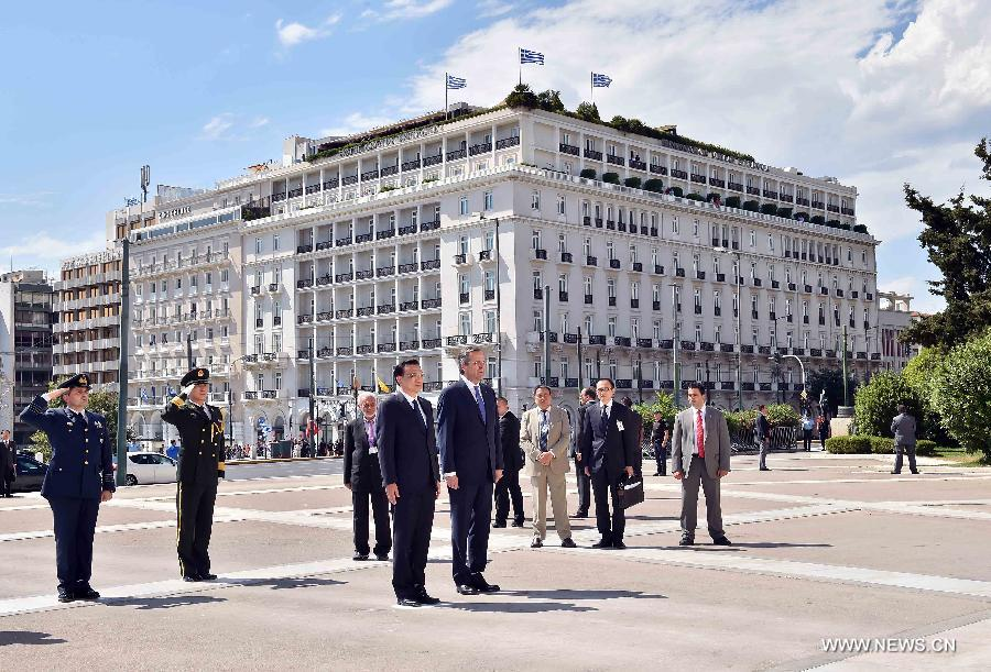 Chinese Premier Li Keqiang (L, front) lays a wreath of flowers at the Monument of the Unknown Soldier with Greek Prime Minister Antonis Samaras (R, front) in Athens, Greece, June 19, 2014. (Xinhua/Li Tao)