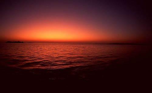 江面一层鲜红的油彩