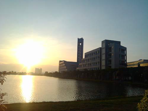 我们的校园越来越美,夕阳下的教学楼别有韵味