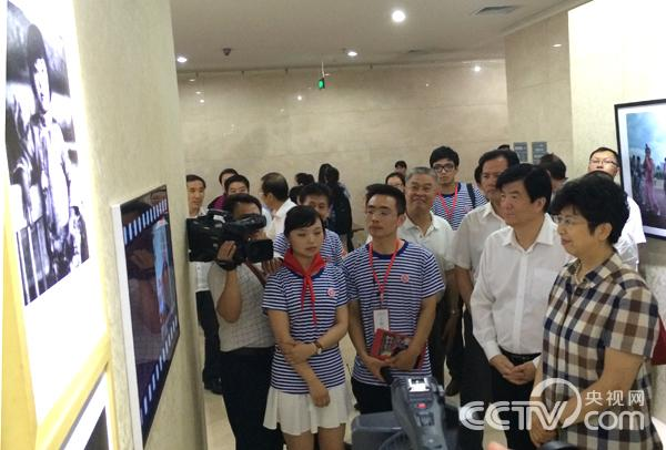 领导和嘉宾参观展览。韩丹 摄