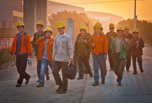 从工地上回来的建设工人