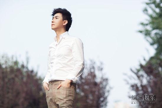 光帅气的面孔,45度角仰望天空,眼神清澈纯净,流露出他坚定的意志