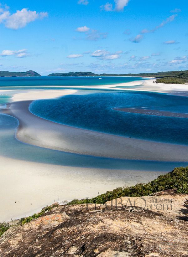 白天堂海滩 (Whitehaven Beach) ,澳大利亚   1、白天堂沙滩   白天堂海滩位于降灵群岛,是一座古朴而屡获殊荣的海滩,也是降灵群岛 74 座岛屿中最大的那个。 白天堂海滩绵延了七公里多长,有着闪亮的白色矽沙,是世界上最纯净的沙子之一。 双脚插入沙子里,跋涉着走入轻轻拍打着海滩的温暖的海浪里,您就会马上意识到为什么全世界的人们都会来到这里。