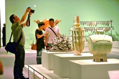 """7月2日,""""江汉汤汤——湖北出土商周文物展""""在中国国家博物馆对媒体记者开放。图为展览现场。"""