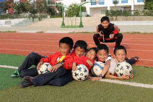 新学校里建起了足球场 孩子们抱着足球幸福的笑了