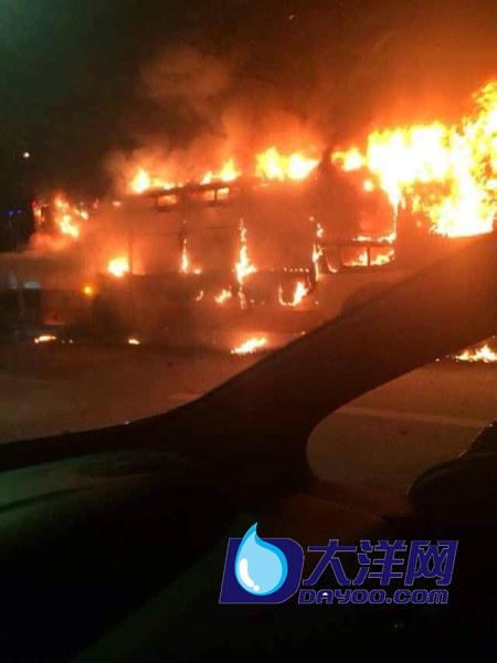 广州301路公交车爆炸:上半部分车窗全部毁坏(