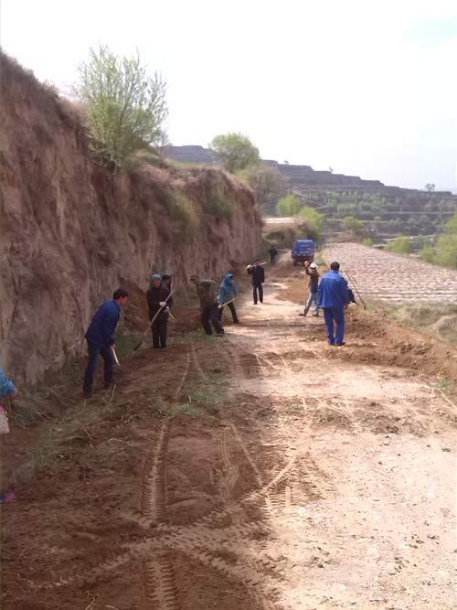 村民正在修整通村路