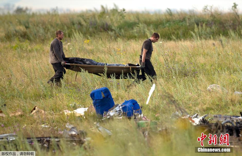 马航MH17空难遇难者遗体开始运出空难现场_