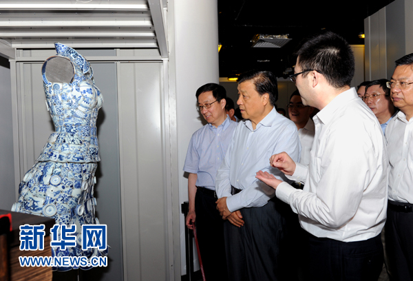 这是7月22日,刘云山在上海国家对外文化贸易基地调研。记者 饶爱民 摄