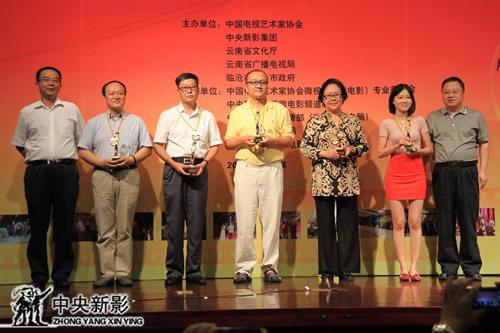 颁奖嘉宾锁飞(左一)、张显(右一)和获奖代表合影
